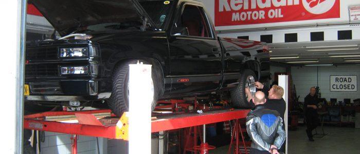 Chevrolet Pickup in onderhoud op brug afbeelding